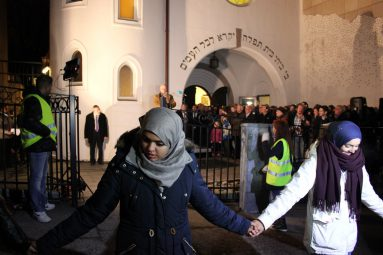 Hundreds of Norwegian Muslims form a human shield around a synagogue